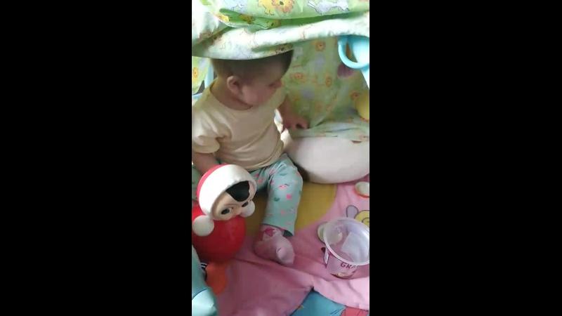 София играет в домике с собачкой