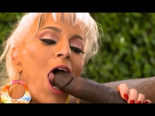ПОРНО -- ЕЙ 63 -- ФРИКОВА СТАРУХА ЕБЁТСЯ С НЕГРОМ ВОЗЛЕ БАСЕЙНА -- porn sex granny gilf -- Sally DAngelo