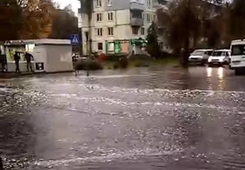 ???? В Брянске после сильного ливня утонула улица Куйбышева   В Брянске ушла под воду улица... Брянск