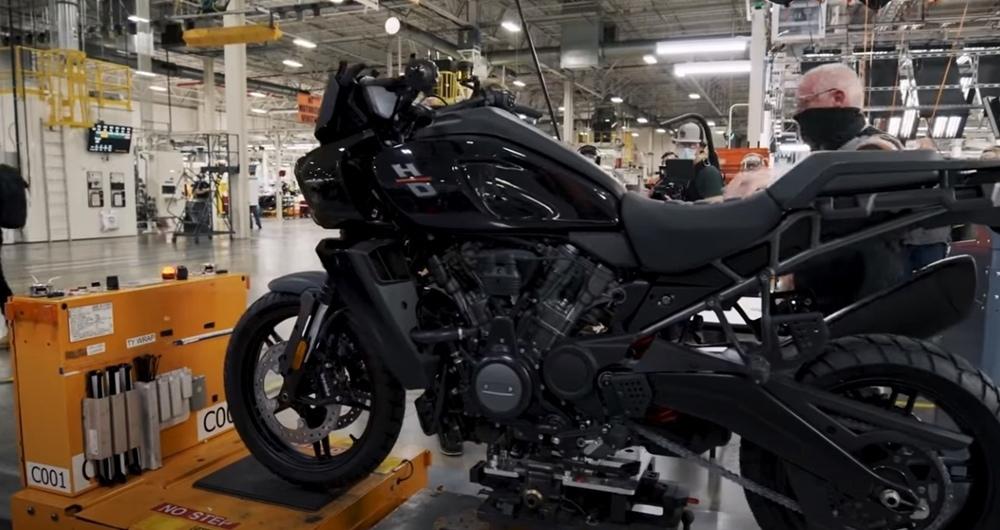 Как новые мотоциклы Harley-Davidson Pan America сходят с конвейера (видео)