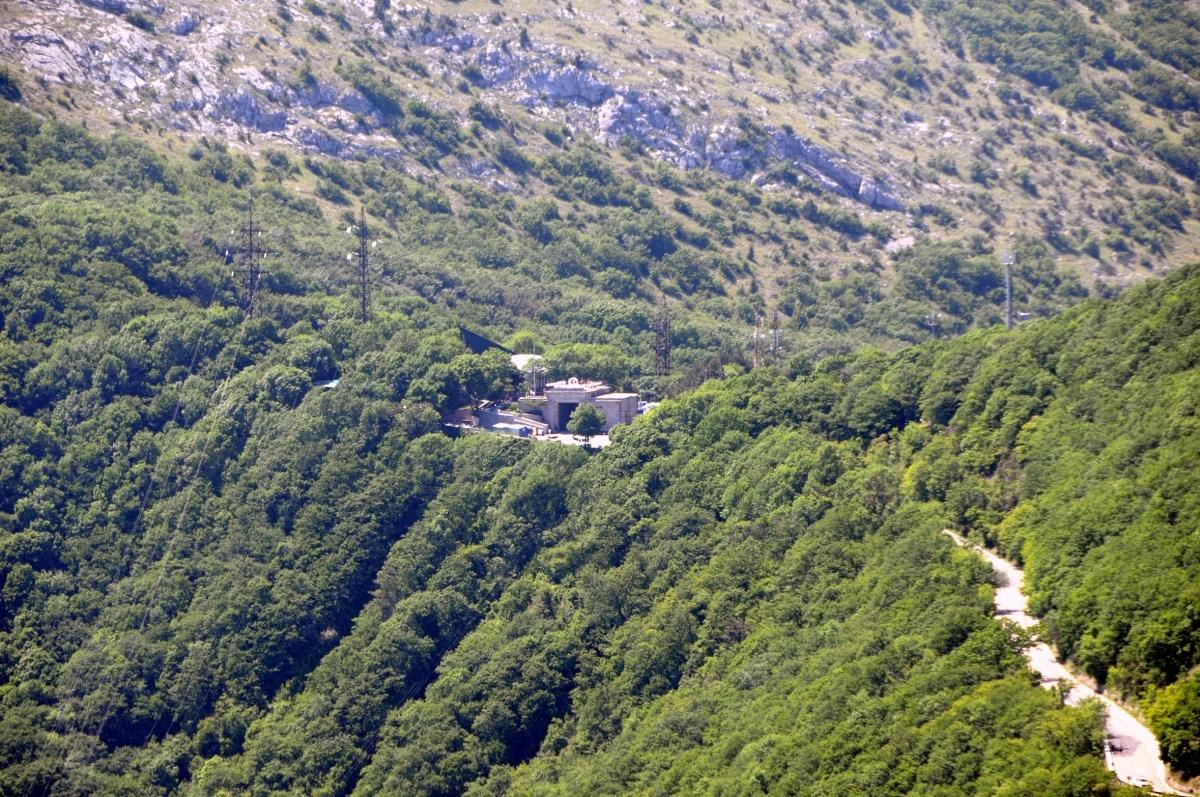 Перевал «Байдарские Ворота» и дорога, ведущая к нему.