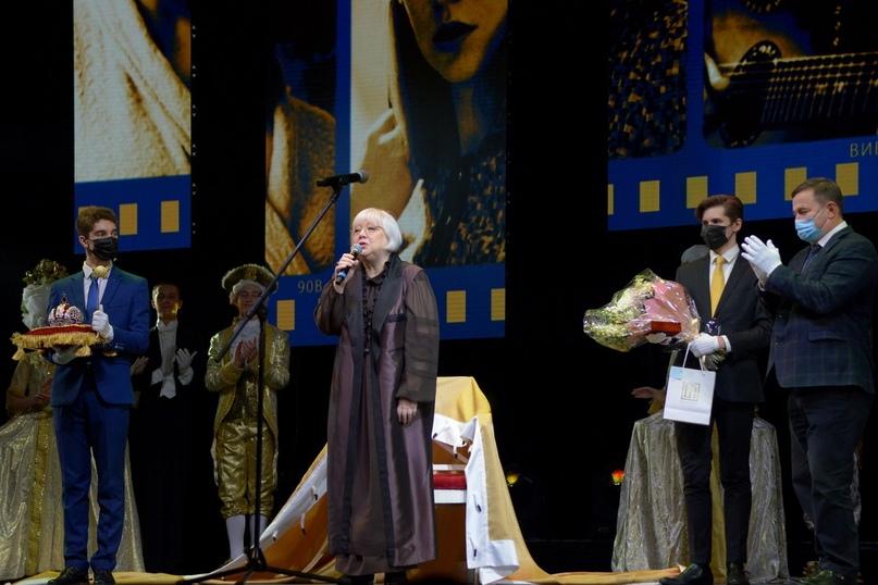 Президент фестиваля Светлана Крючкова держит ответное слово