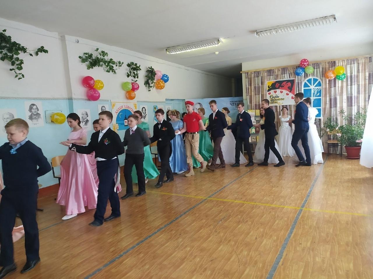 Вчера в школе №8 города Петровска состоялся литературный вечер «Бал у Сквозник-Дмухановского»