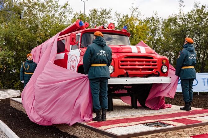 Самый северный в России памятник пожарному автомобилю открыт в Мурманске🚒