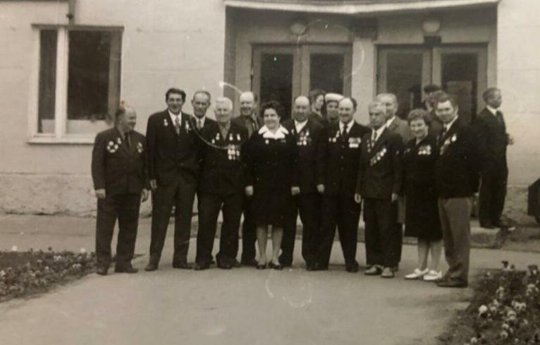 Без даты. Ветераны у проходной фабрики. Фото Оксаны Филипповой