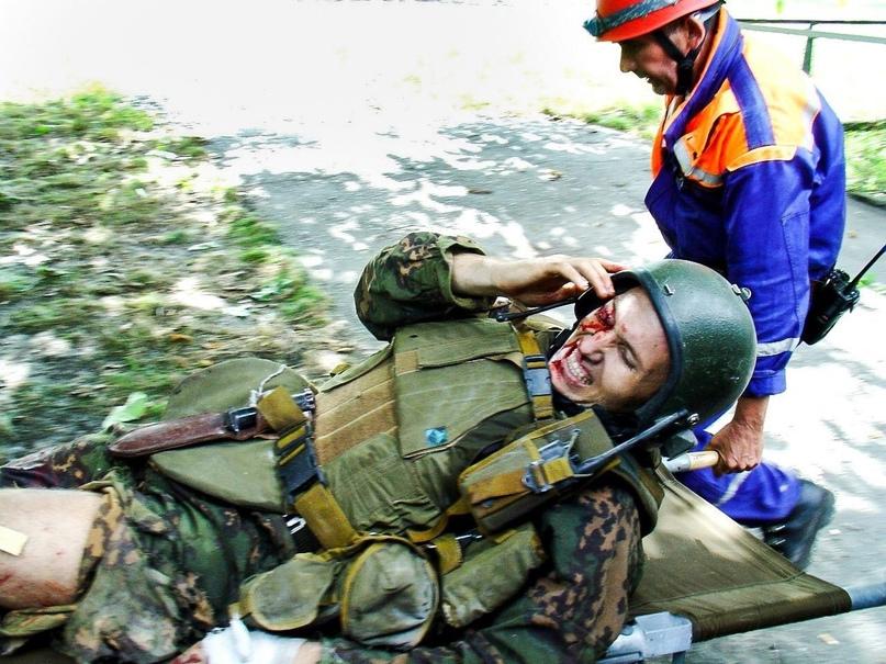 Сотрудники МЧС выносят раненого сотрудника Управления «А» - Виталия Степина.