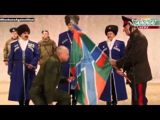 Заместитель верховного атамана Союза казаков России, казачий полковник Виктор Голушкин передал флаг.