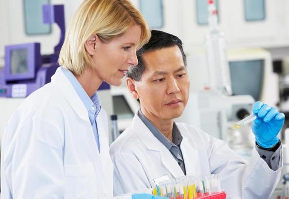 Специалисты в области иммунофармакологии работают над открытием новых лекарств для лечения различных заболеваний.