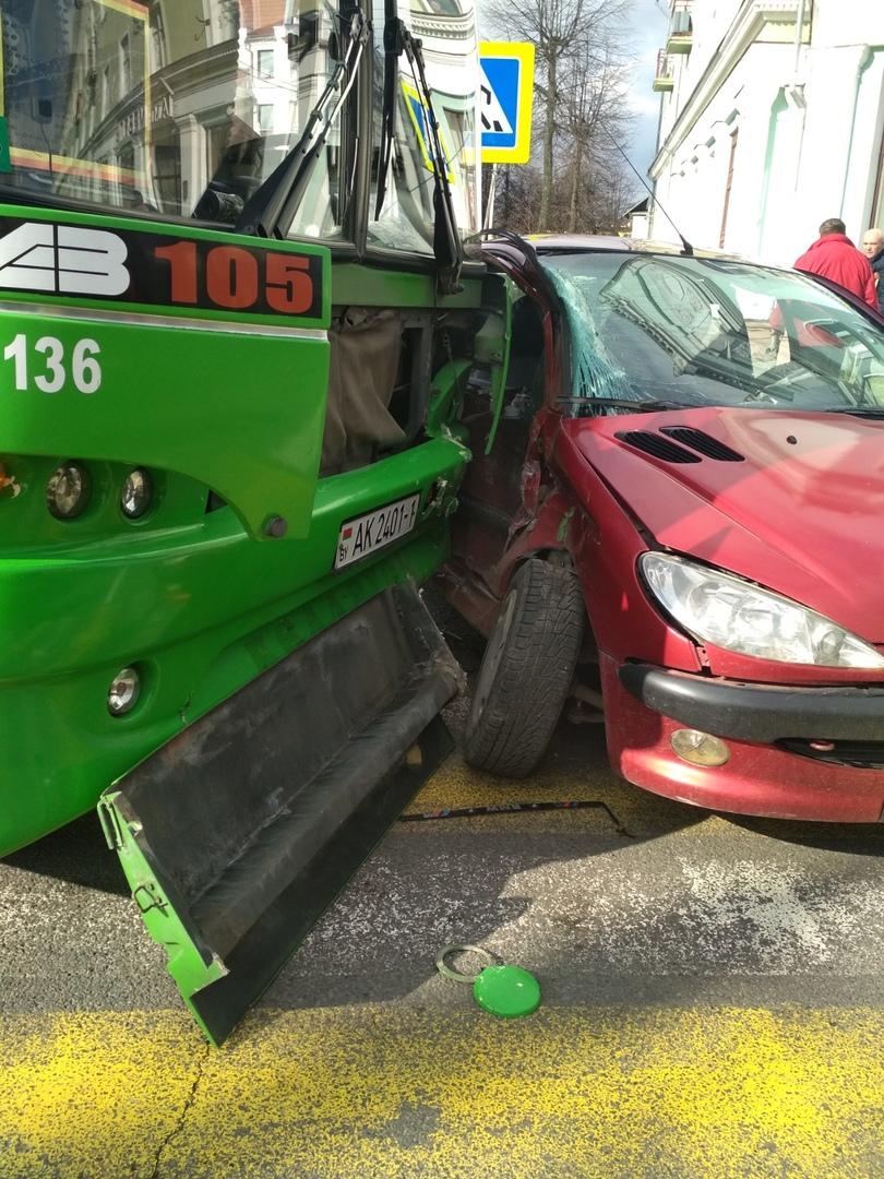 В Пинске автобус конкретно протаранил легковушку