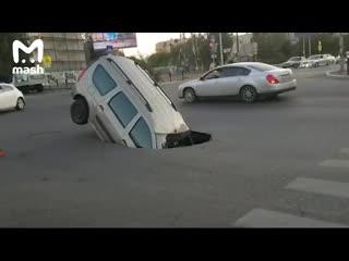Машина упала в яму в Астрахани